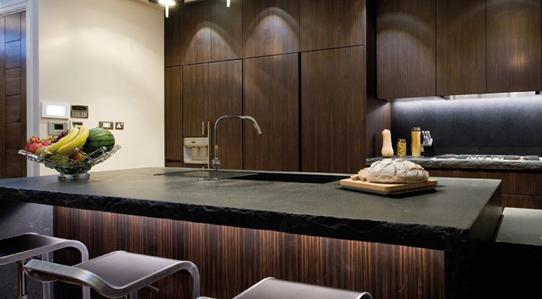 cucina in ebano fiamma verticale con piani in cardoso bordo a spacco ...